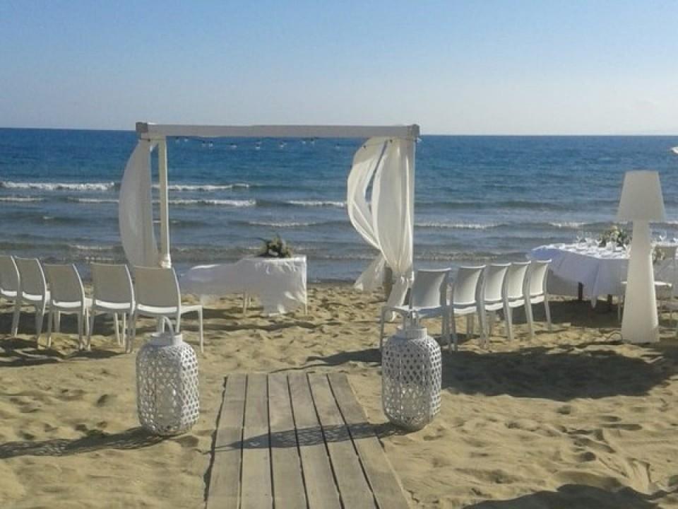 Hochzeitsset-up am Strand des Marula Beach Clubs