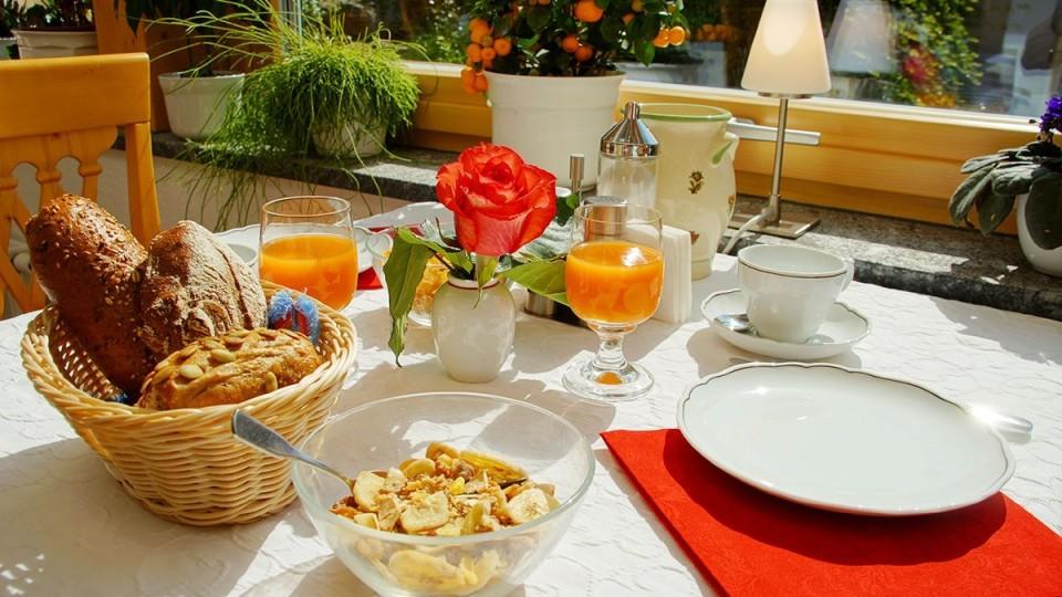 Zimmer mit reichhaltigem Frühstücksbuffet