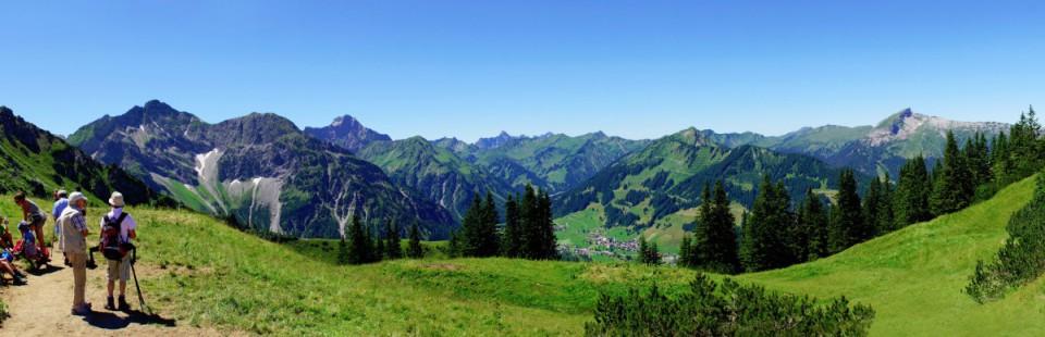 Wandern mit Bergpanorama in den Alpen