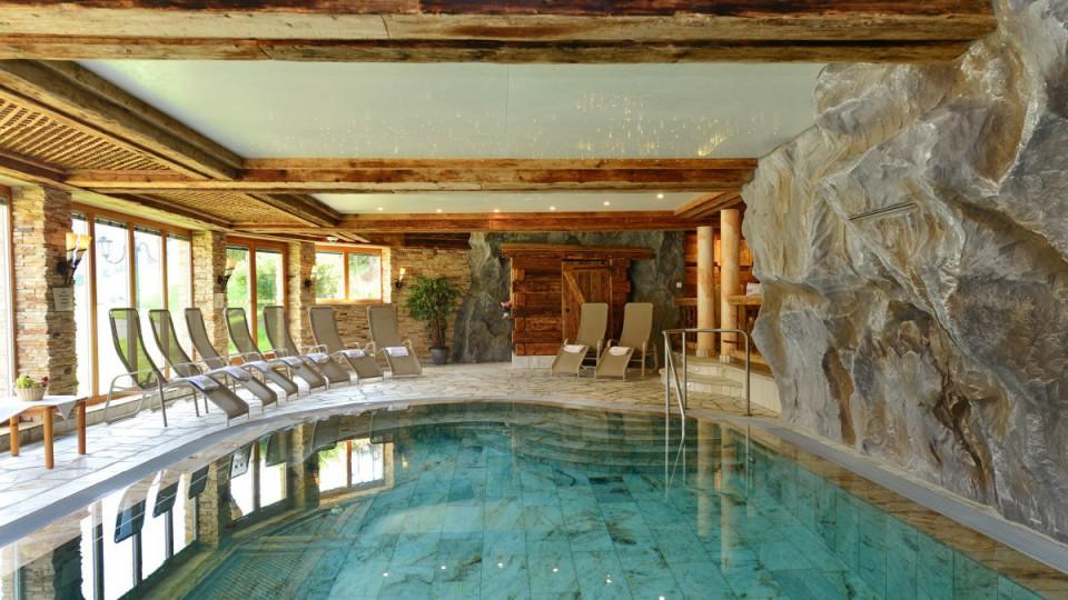 Modernes Schwimmbad