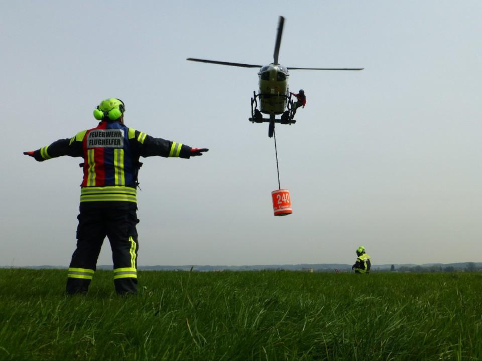 Flughelfer weist Hubschrauber ein