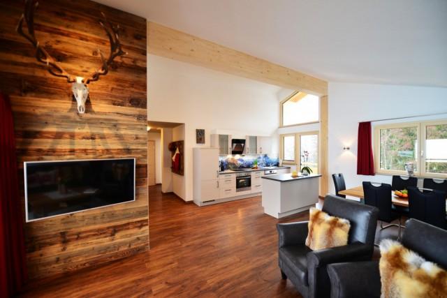 Wohnbereich mit Altholzwand