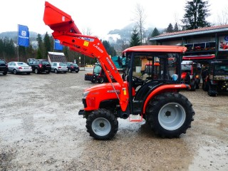 Ein neuer Kubota L1361 mit Kabine und Frontlader wird ausgeliefert