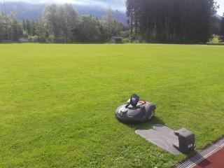 Testinstallation von zwei Husqvarna Automower auf dem Fußballplatz