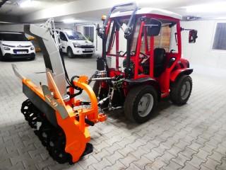 Ein Carraro TTR 4400 HST wird an den Kunden übergeben