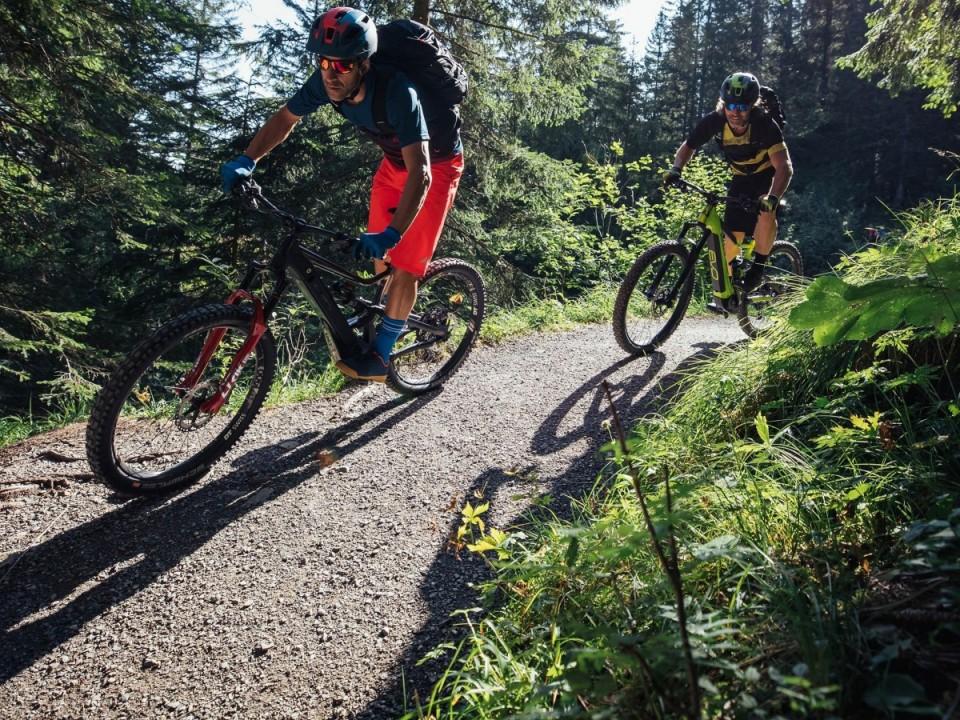 E-Biker am Gipfelkreuz