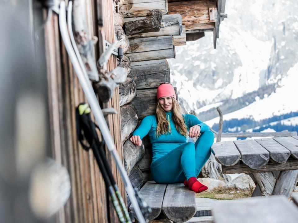 frau auf skihütte