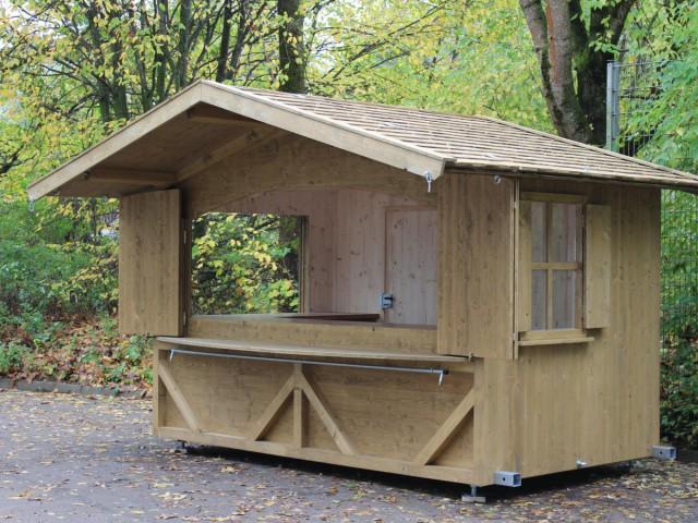 fix montierte Hütte mit Holzschindeldach