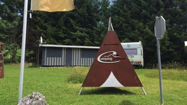 Ein Zelt weist nun auf unseren Campingplatz hin