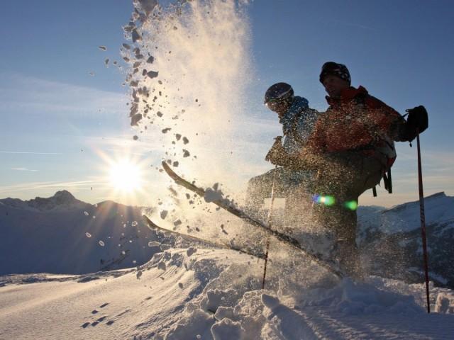 Skifahrer bei Sonnenuntergang