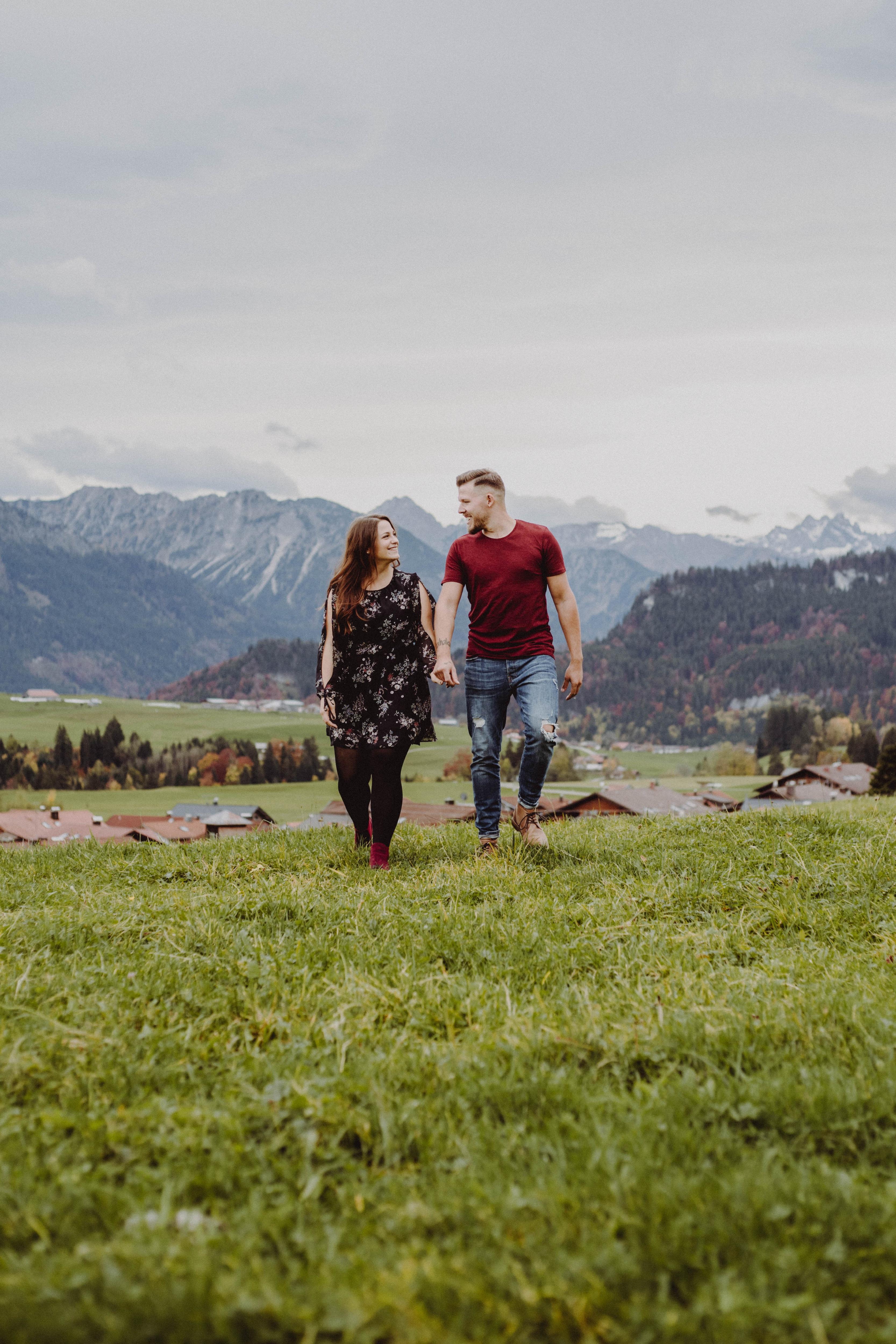 Paar vor Bergen