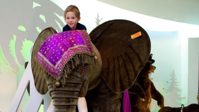 Kuscheltier-Elefant mit Kind im Steiff Museum