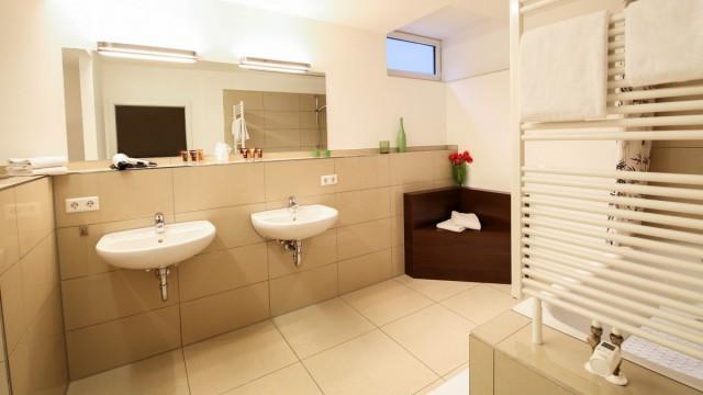 Großes Dusch-Badezimmer in Appartement Langenau