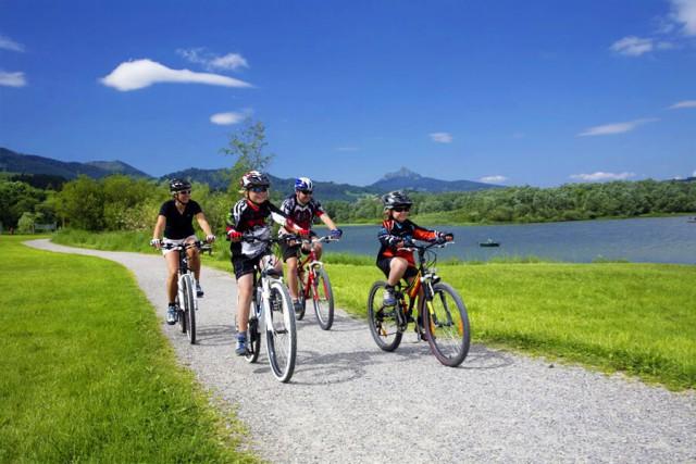 Fahrradfahrer neben einem See