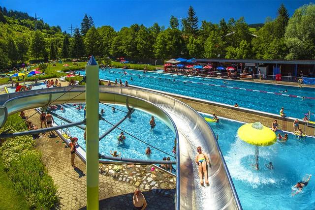 Schwimmbad mit Rutsche in Wertach