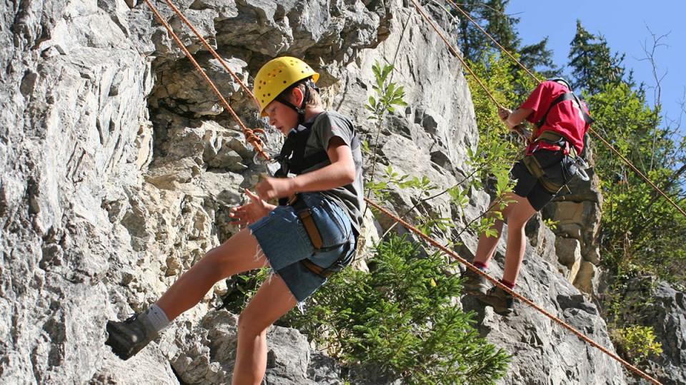 Kinder am klettern