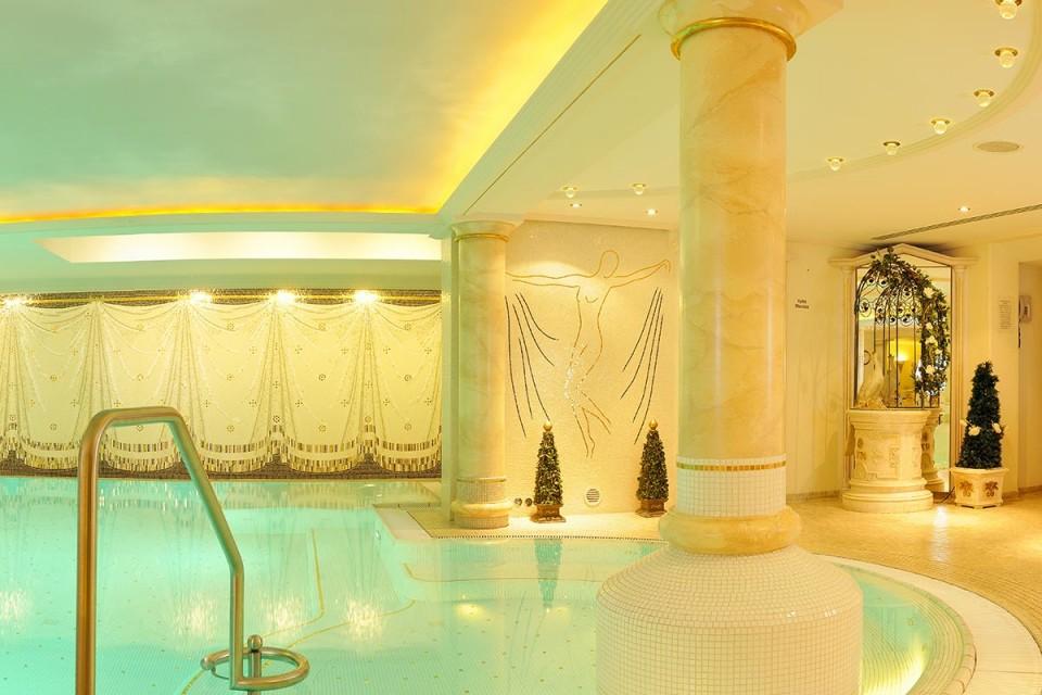 4 Sterne Hotel im Kleinwalsertal mit Pool: ein Hallenbad im romantischen Stil
