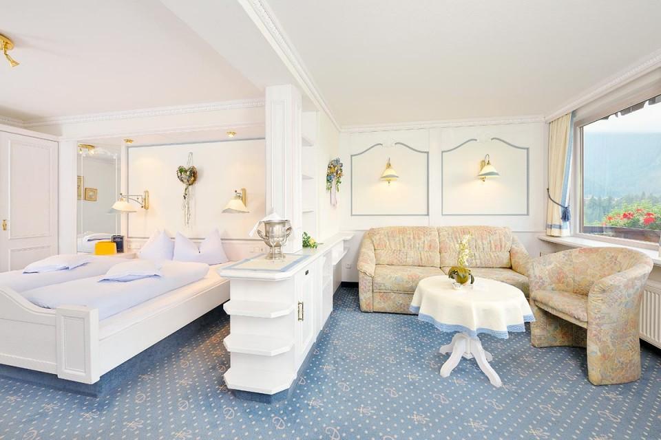 Doppelzimmer Edelweiß im Suitenstil: Wohnbereich abgetrennt vom Schlafbereich
