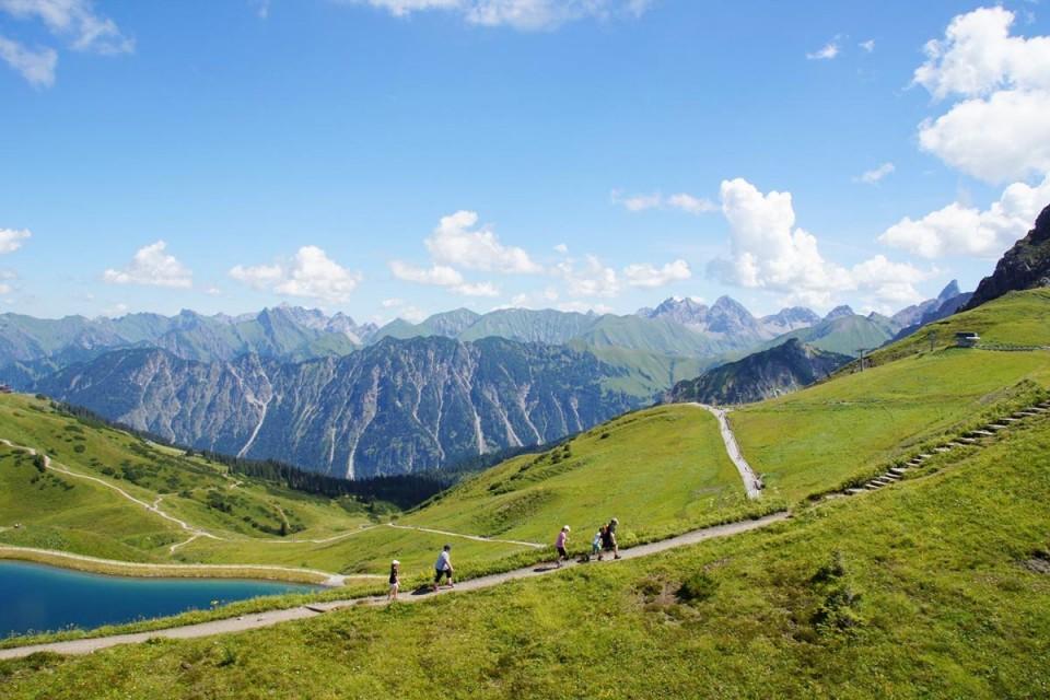 Kleinwalsertal im Sommer mit Wanderwegen und Blick über die Berge