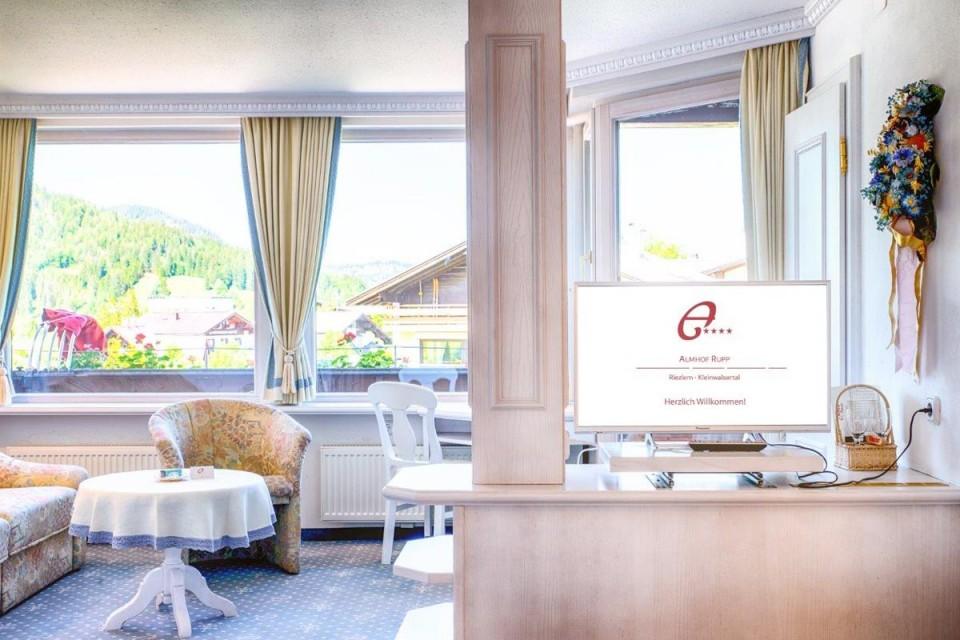Edles Doppelzimmer für 2 bis 3 Personen mit Balkon und Blick auf die Berge