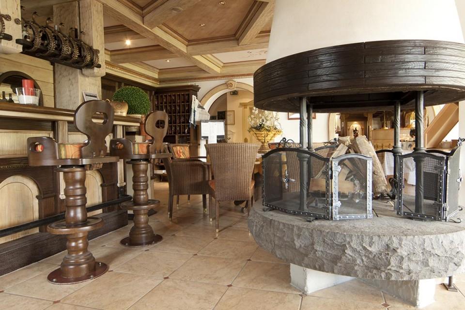 Rustikale Hotelbar in Riezlern zum Entspannen und Genießen