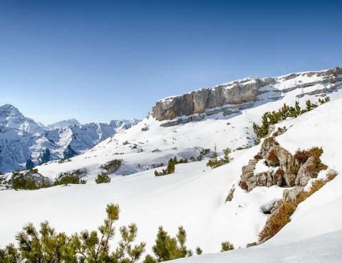 Wandern und Skifahren inmitten der Alpen in Österreich