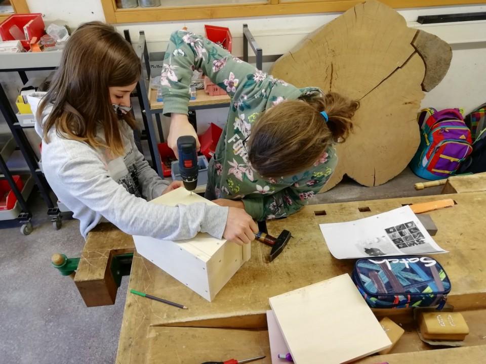 Hier sieht man SchülerInnen beim werken.