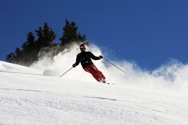 Skifahrer bei blauem Himmel