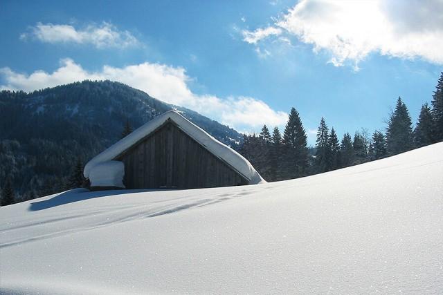 Verschneite Holzhütte