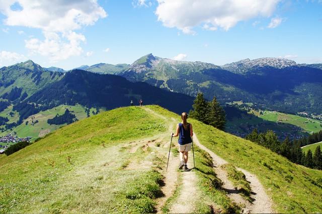 Frau auf Wanderweg in den Bergen