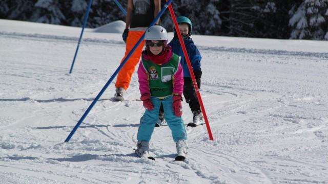 Kinder beim Skifahren