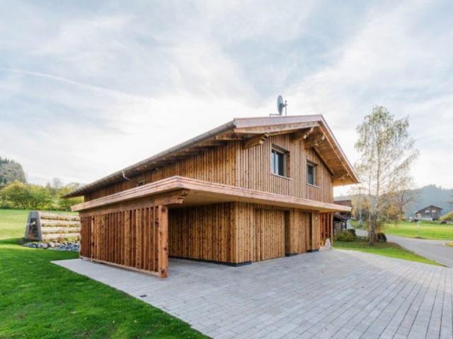 Außenansicht eines modernen Massivholzhauses im Allgäu