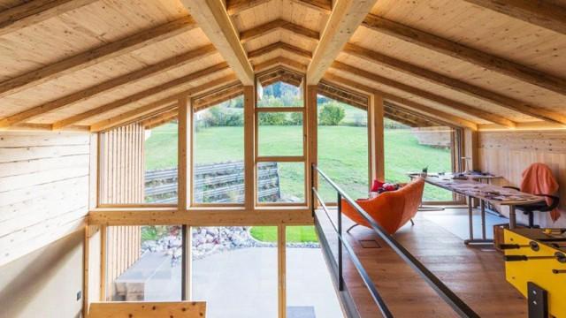 Innenausbau mit moderner Holzverkleidung