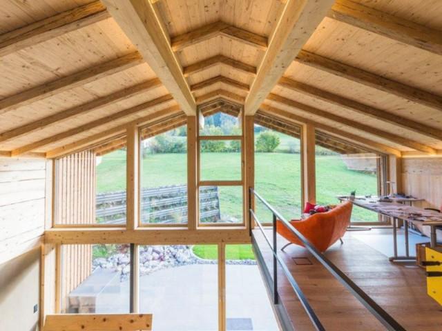 Gemütlicher Wohnraum in einem Massivholzhaus