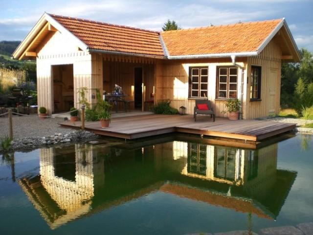 Modernes Gartenhaus mit Holzunterstand
