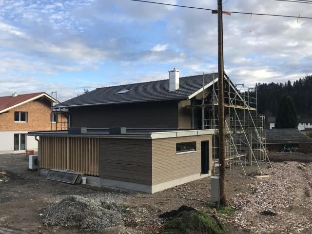 Holzhaus im Bau mit moderner Holzaußenverkleidung