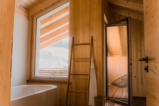 Bad mit Holzelementen