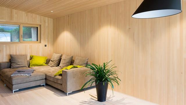 Wohnraum eines gemütlichen Hauses aus Massivholz gebaut