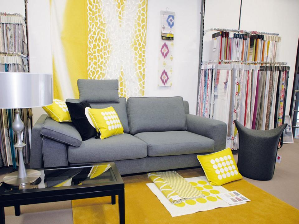 graue Couch mit gelben Kissen